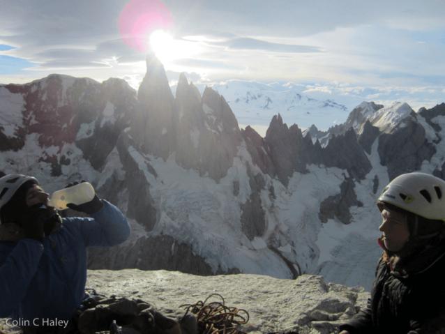 トーレを背景にアグハ・デスモチャーダの山頂のロランド・ガリボッティとドーテ・ピートロン。Photo: Colin Haley