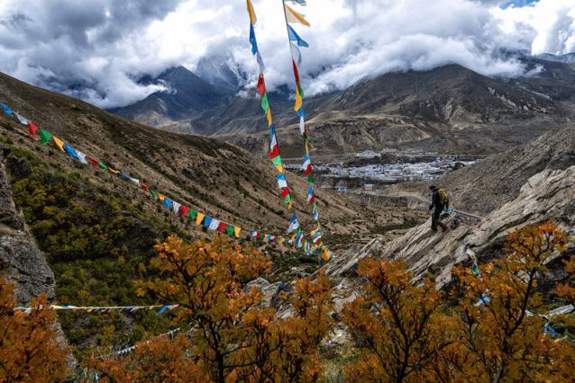 ネパールとチベットの国境から2時間ドライブしたところにあるニャラムの町は最初の高度順応登山に最適な拠点だった。悲しいことに、昔は手つかずの小さなチベットの村だったこの地は、いまや兵士と富を求める商人であふれたコンクリートの町と化していた。Photo: Marko Prezelj