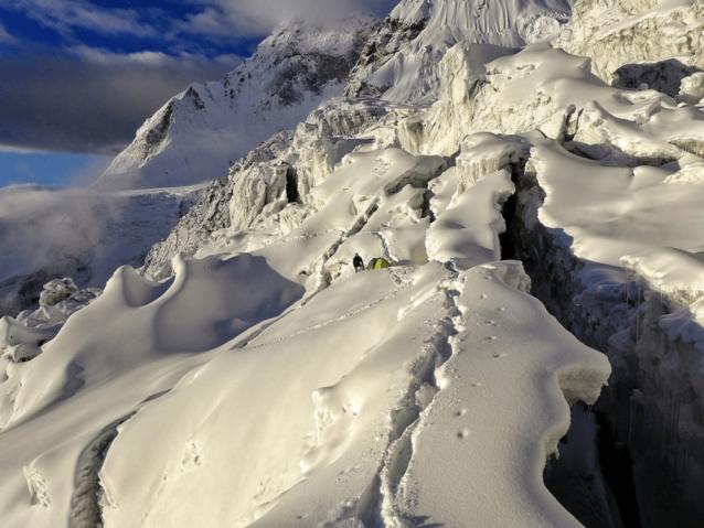 その先には崩壊した氷河があった。翌日、ルカ・リンディッチとマルコは永遠とも思える崩壊した氷の迷路に通過ルートを見つける偵察任務に再び出かけた。Photo: Marko Prezelj