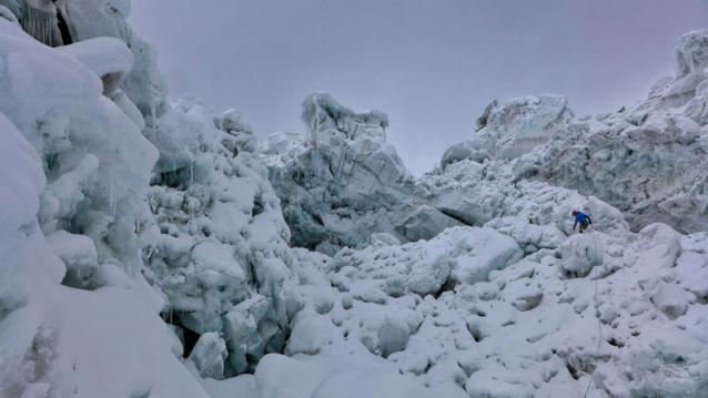 新たな降雪は任務をさらに困難にした。さらに1日の偵察ののち、彼らは台地への危険な出口を見つけてキャンプに戻ってきた。Photo: Marko Prezelj