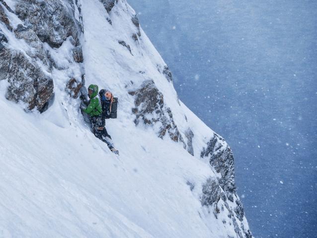 友人を掘りだし、次の雪崩があと数分待ってくれるよう願うことは、僕にさらなる力を与えた。じつのところは体が緊張に反応してアドレナリンを放出していたのだろう。そういった瞬間、僕らの生存本能はより強烈に感じられる。Photo: Luka Krajnc