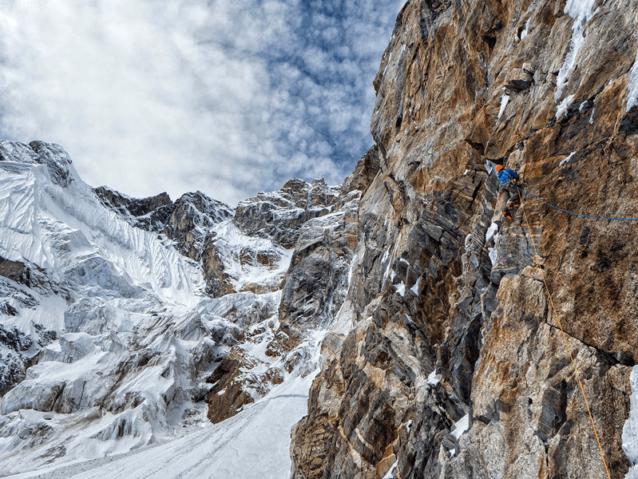 未踏の険しい地形に通過できそうなルートを探したが、氷と雪のコンディションがそれを困難にした。Photo: Marko Prezelj
