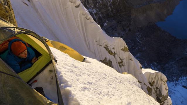 登攀初日は夜遅く険しい地形にビバークを設営して終わり、翌朝、壮大な景色に迎えられた。Photo: Marko Prezelj