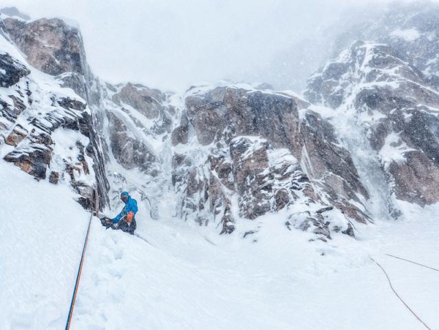 願いはむなしく、敗退の決断で終わる。雪崩のカオスは終わりのない懸垂下降に独特の雰囲気を与えた。Photo: Marko Prezelj