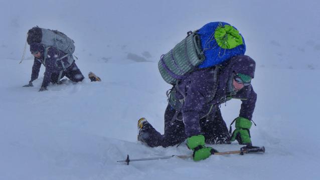インド洋の台風が予期せぬ「雪の津波」の原因で、たった3日間でほぼ1.5 メートルの雪を降らせた。僕らは埋もれたベースキャンプを掘り出さねばならなかった。Photo: Marko Prezelj