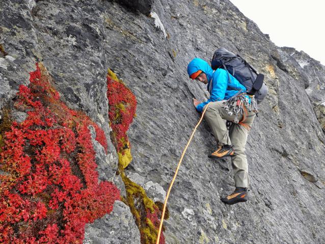マルコ、2人のルカ、ネイツ、マーティンが尾根とスラブを辿る変化する岩の美しいラインを見つけた。Photo: Marko Prezelj