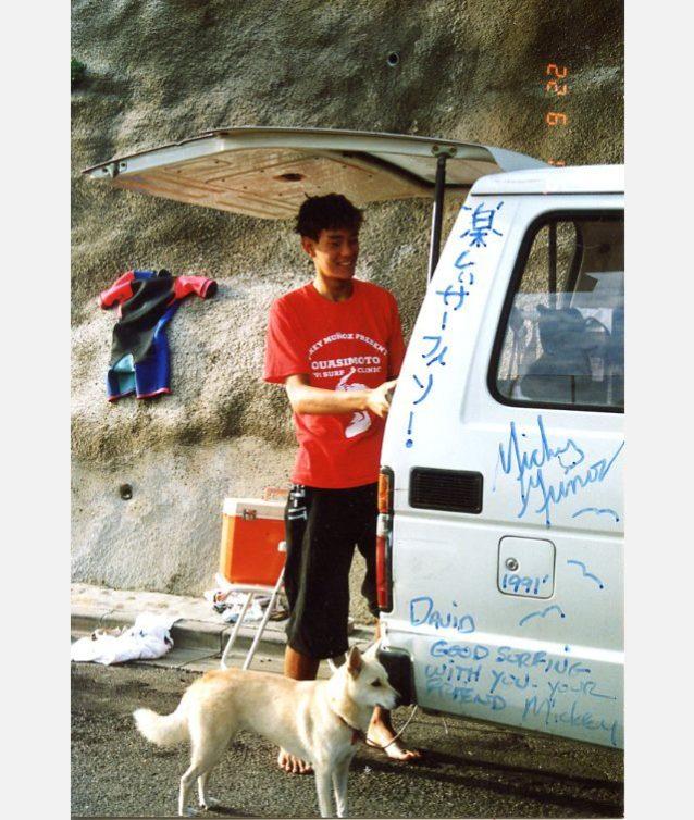 千葉のマリブにて、ミッキーさんと初サーフ(高校2年)写真:木下デイヴィッド