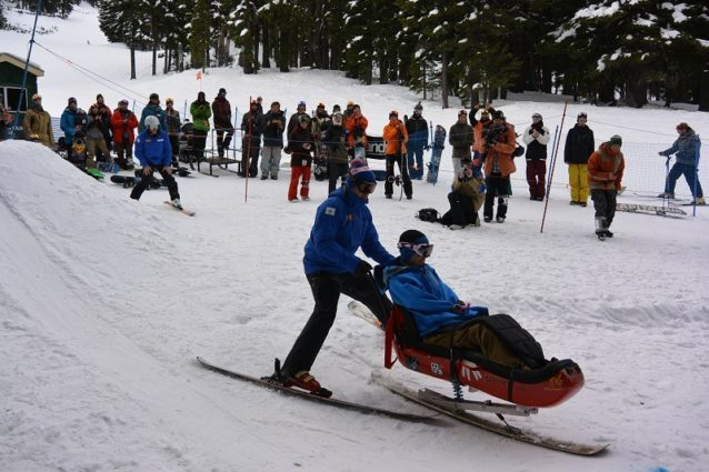 サポートされてダービーコースを滑るタイラー Photo: J.P.Martin