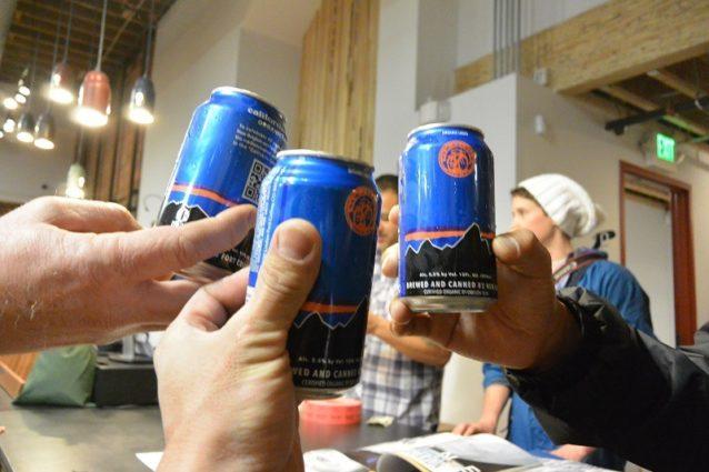 パタゴニアのベンドストアにてオーガニックビールで乾杯 写真:辰己 博実
