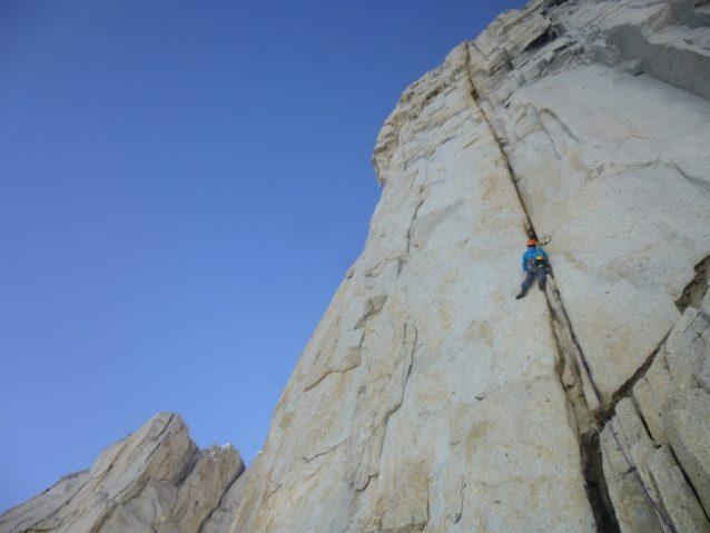 ティト・カラスコ西壁「Atari」3ピッチ目(5.12a)を登る増本亮。写真:横山 勝丘