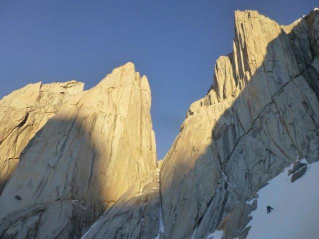 ティト・カラスコ(右側のピーク)のクライミングを終えて下降をつづける増本亮。写真:横山 勝丘