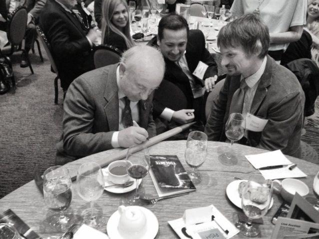 夕食会のゲストのためにシュイナード・イクイップメント製のアイスアックスにサインするイヴォン。Photo: Jeremy Collins