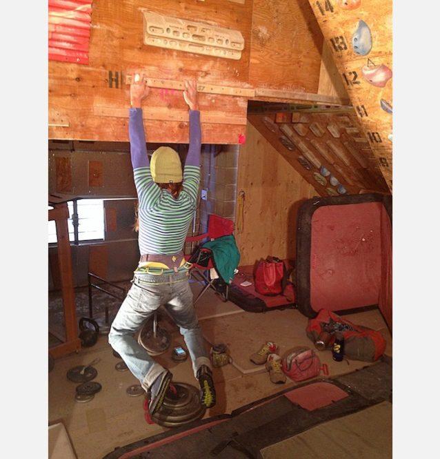 恥をかかないためのトレーニング。フエコまで行って何も登れないとう可能性に恐れをなした私は、1月まるまるをガレージでのトレーニングに費やした。トレーニングのひとつは腰に錘をつけてキャンパスボードにぶら下がること。Photo:Steve Maisch Training archives