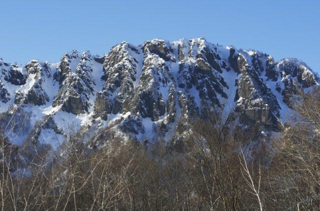 戸隠の山塊。稜線からボトムへと続く滑走可能ラインは少ないが、あることはある。写真:松尾憲二郎