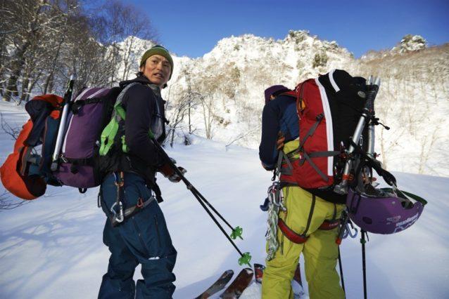 まだ見えぬルンゼを地図で確認する2人。左:狩野、右:島田。写真:松尾憲二郎