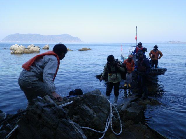 〈上関の自然を守る会〉のメンバーと宇和島へ上陸。もっとも緊張する瞬間だ