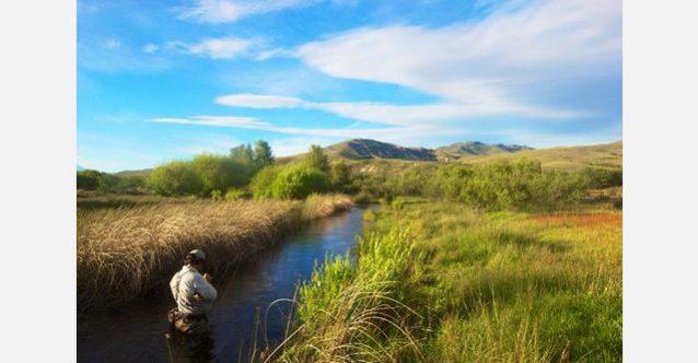 スプリング・クリークを釣る準備をするトゥキー・ヴァスカロ。アルゼンチン領パタゴニア北部にて。写真:RC・コーン提供