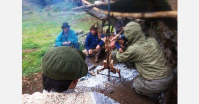 秘密の場所にあるはじめての川で雨の長い1日を過ごしたあと、馬にまたがる正真正銘のアルゼンチンのガウチョたちと子羊のアサドをいただく。写真:RC・コーン提供