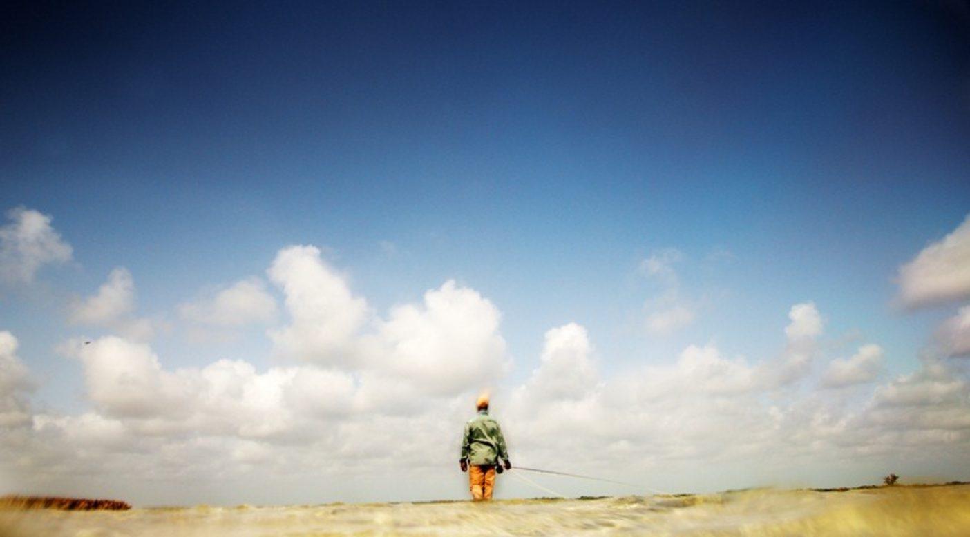 ボーンフィッシュを追うプレスコット・スミス。バハマのアンドロス島マスティック・ポイントの干潟にて。写真:RC・コーン提供