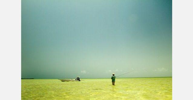 ボーンフィッシュ釣りの長い1日を終えてボートに戻るプレスコット・スミス。アンドロス島北端マスティック・ポイントにて。写真:RC・コーン提供