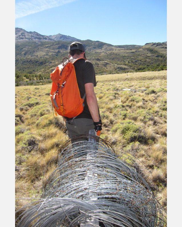 有刺鉄線を運ぶ。Photo: Jason Lederer