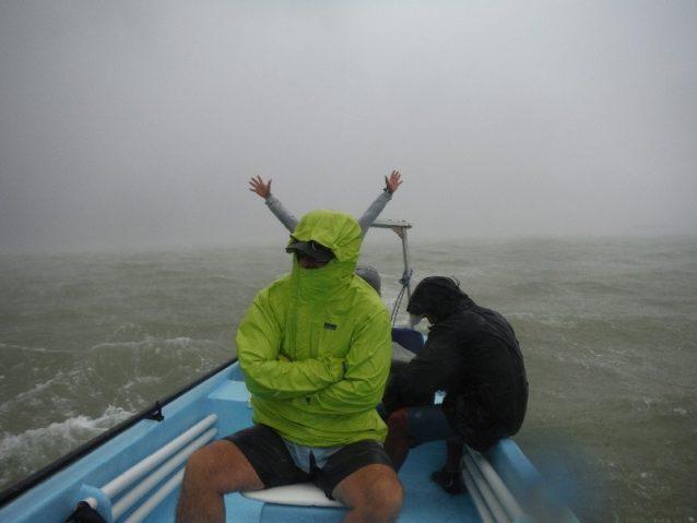 腕を広げ、稲妻の真似をする船長。Photo: Mark Harbaugh