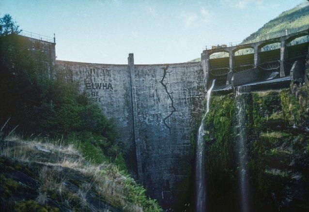 建設から20年後に撤去されることになったグラインズ・キャニオン・ダムに描かれた亀裂とメッセージ。ワシントン州オリンピック国立公園のエルワ・リバー。映画『ダムネーション』のシーンから。Photo: Mikal Jakubal