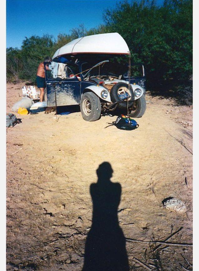 改良型バグからキャンプを設営する父。Photo: Eda Rocky