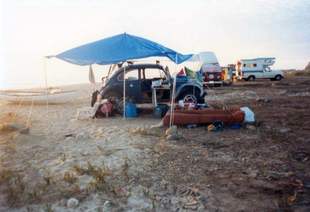 軍放出の折りたたみ式ベッドを使う必要最小限のキャンプ。Photo: Joe Curren