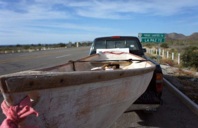 2013年に小型船をピックアップし、北へ向かう旅がはじまる。Photo: Joe Curren