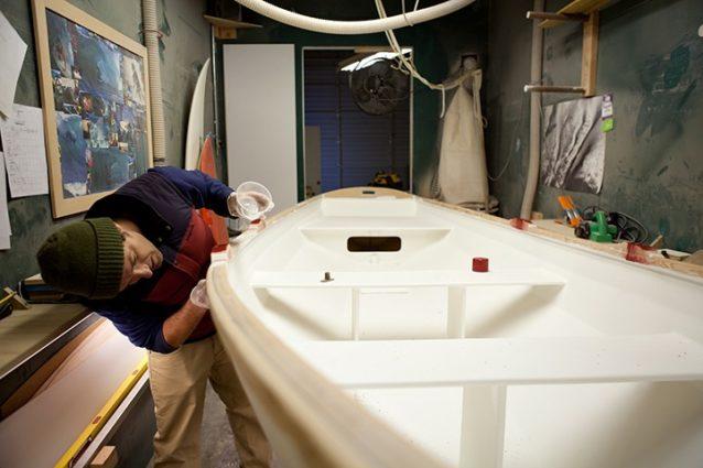船縁の塗装準備。Photo: Kanoa Zimmerman