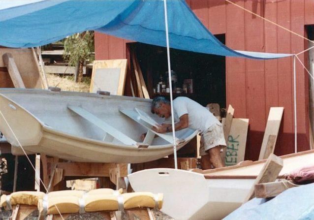 カリフォルニアのカーペンテリアで小型船を作る父(履いているのは年季の入ったスタンドアップ・ショーツであることにお気づきだろうか)。2艇目のボートはイヴォン・シュイナードの発注によるもの。Photo: Eda Rocky