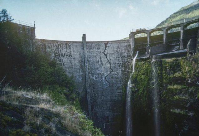 グラインズ・キャニオン・ダムに描かれた「ヒビ」のメッセージは、20年後の撤去の前触れとなった。ワシントン州オリンピック国立公園。『ダムネーション』のシーンから。Photo: Mikal Jakubal