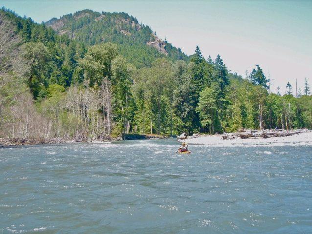 エルワ・リバーの急流を偵察するアメリカン・ホワイトウォーターのトム・オキーフ。Photo: Dylan Tomine