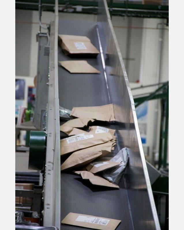 それぞれのメーカーの3つのサイズを使用。リノの梱包ステーションから出荷し、配達会社までの過程を記録した。Photo: Nellie Cohen