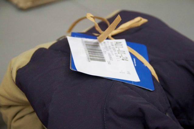 選定ラベルの貼付けもむずかしいことが判明。ラベルをどこに貼付けるのが効率的かを判断するため、製品自体と製品タグの両方に貼付けた。40個中12個の製品は、ラベルの貼付けが不可能だった。また、実際の製品注文では製品タグに選定ラベルを貼付けることはできない。出荷製品の包装作業で製品のバーコードをスキャンしなくてはならず、選定ラベルが製品のバーコードを隠してしまうからである。Photo: Nellie Cohen