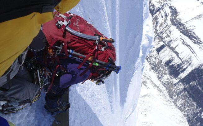北壁を滑りこむ準備をする加藤。写真:山木匡浩