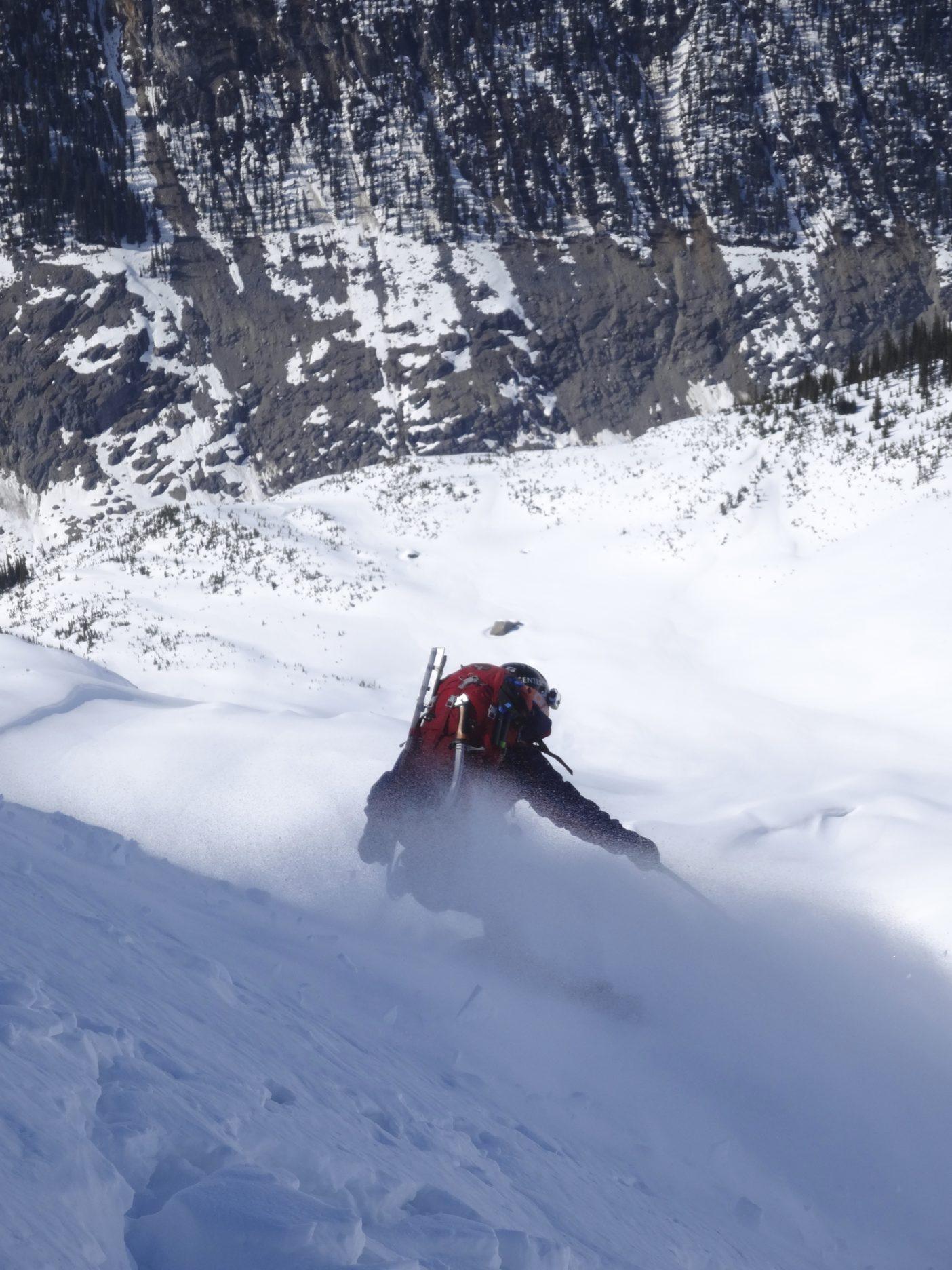 下部雪壁を滑る加藤。写真:山木匡浩
