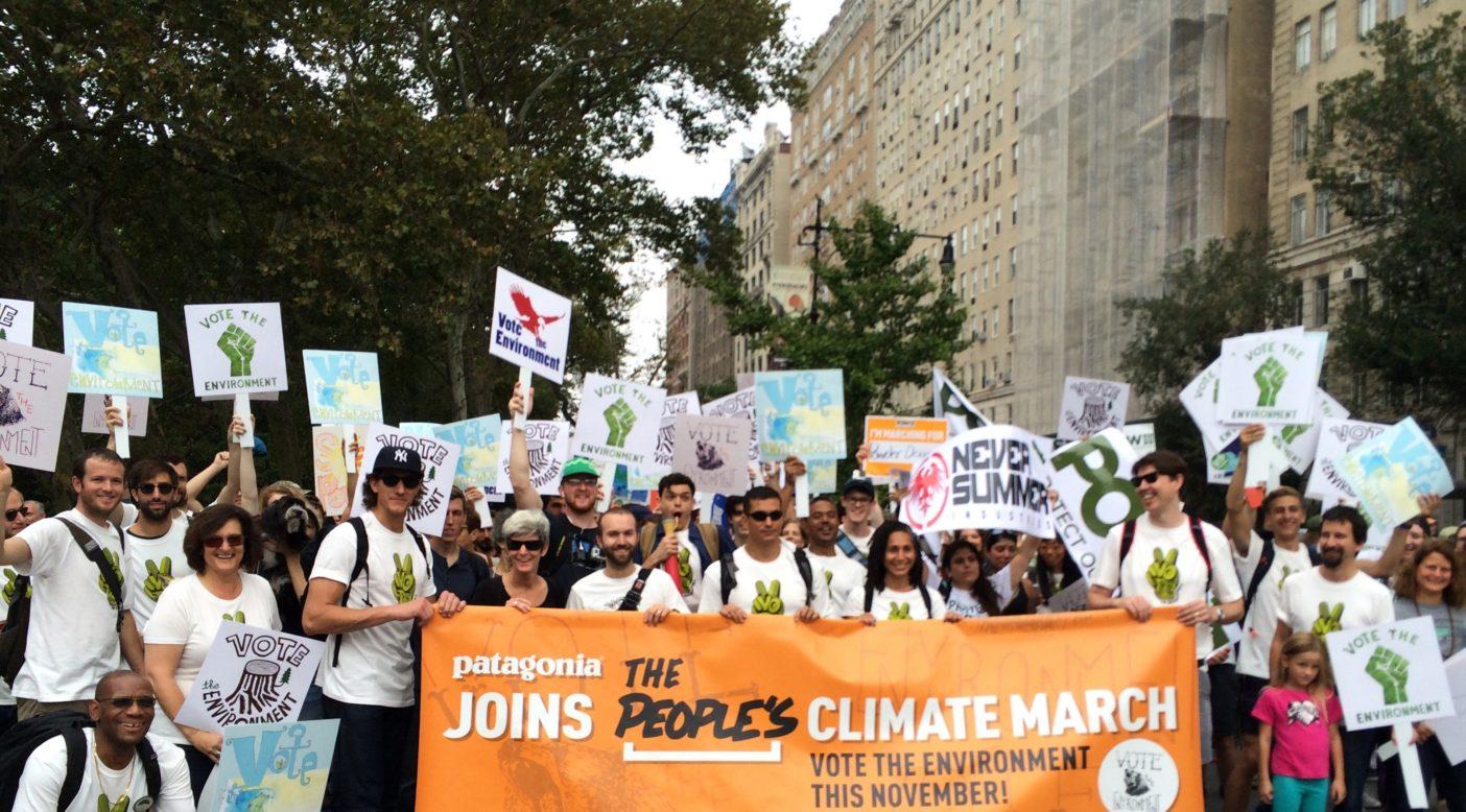 デモ行進のために集まる社員とお客様。Photo: Betsy Pantazelos