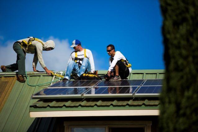仕事中のコール(左)とスタッフ。ハワイ州オアフ。Photo: Tim Davis