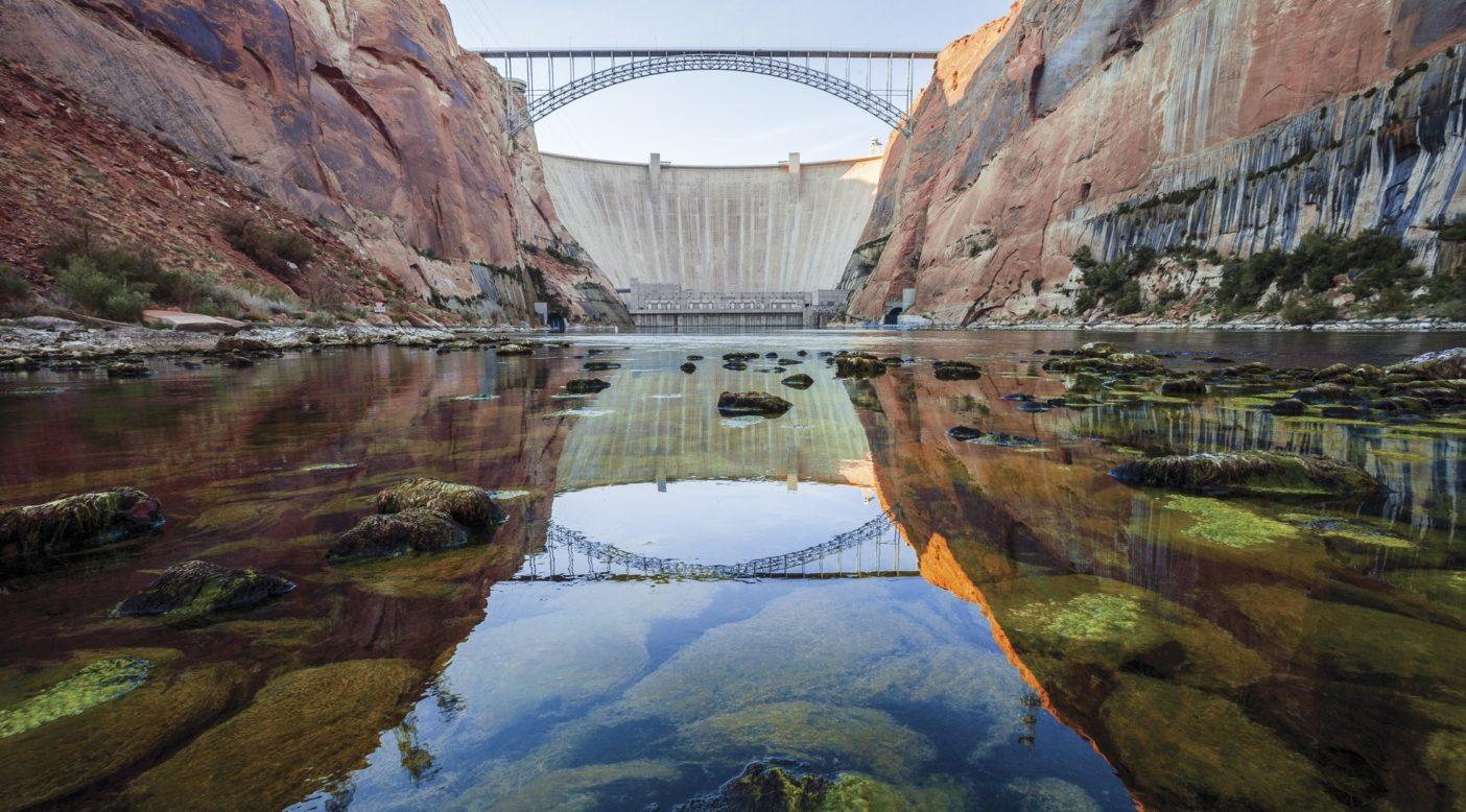 冷たい水がちょろちょろとしか流れ出ていないグレンキャニオン・ダムの下流には、トラウトが生息するエリアが不自然に形成されている。2013年、アリゾナ州とユタ州の州境。Photo: Ben Knight