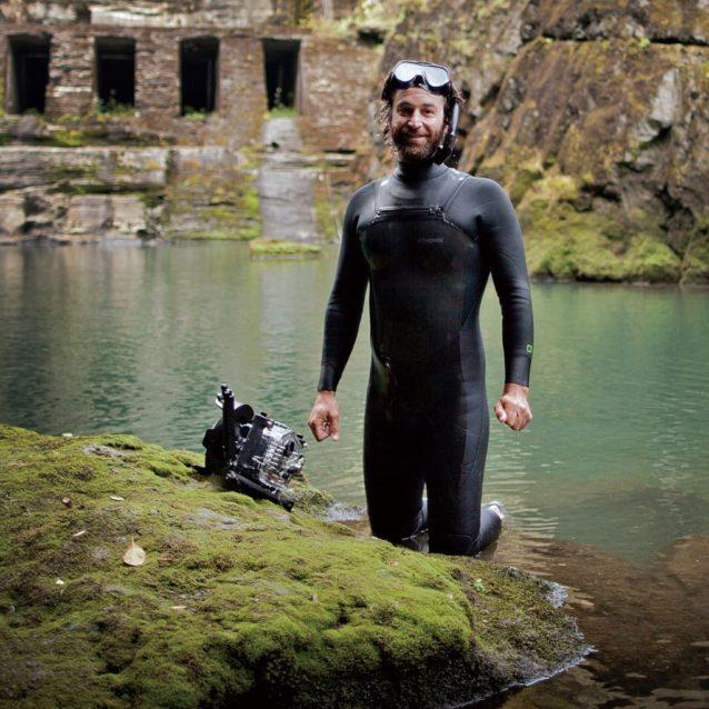 エルワ・ダムが撤去される前にその下で『ダムネーション』のためのサーモンの水中撮影をするマット・シュテッカー。Photo: Ben Knight