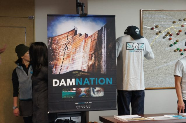 映画『ダムネーション』を祝うオーガニックコットン製Tシャツとオーガニックコットン・キャンバス/ポリエステル・メッシュ製のダムネーション・トラッカー・ハット。オンラインショップと一部のパタゴニア直営店で販売中。写真:パタゴニア日本支社