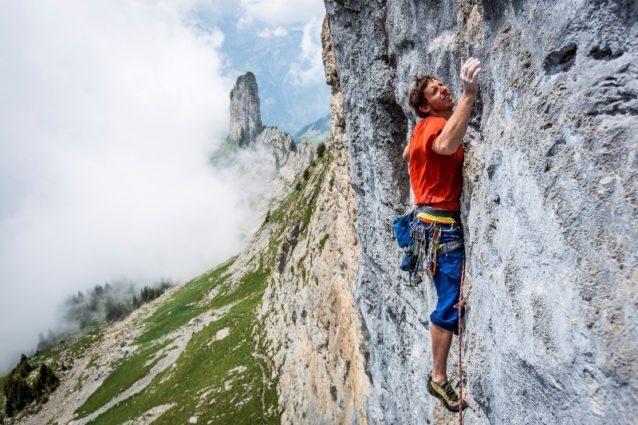 トミー・コールドウェル:パートナーのアレックス・オノルドと、セロ・フィッツロイと周囲の6峰を含む7峰から成るフィッツ・トラバースを完全縦走。セロ・フィッツロイ山群の稜線はパタゴニア社のロゴに使われている。インタビューはこちらから。Photo: Mikey Schaefer