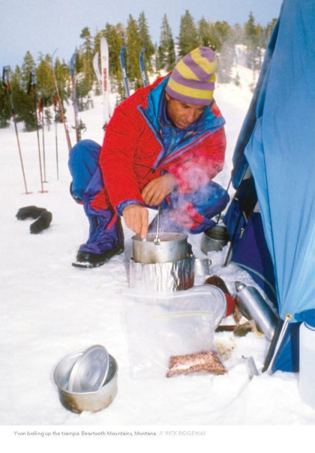 ツァンバ・スープを作るイヴォン。モンタナ州ベアツース山地。Photo: RICK RIDGEWAY