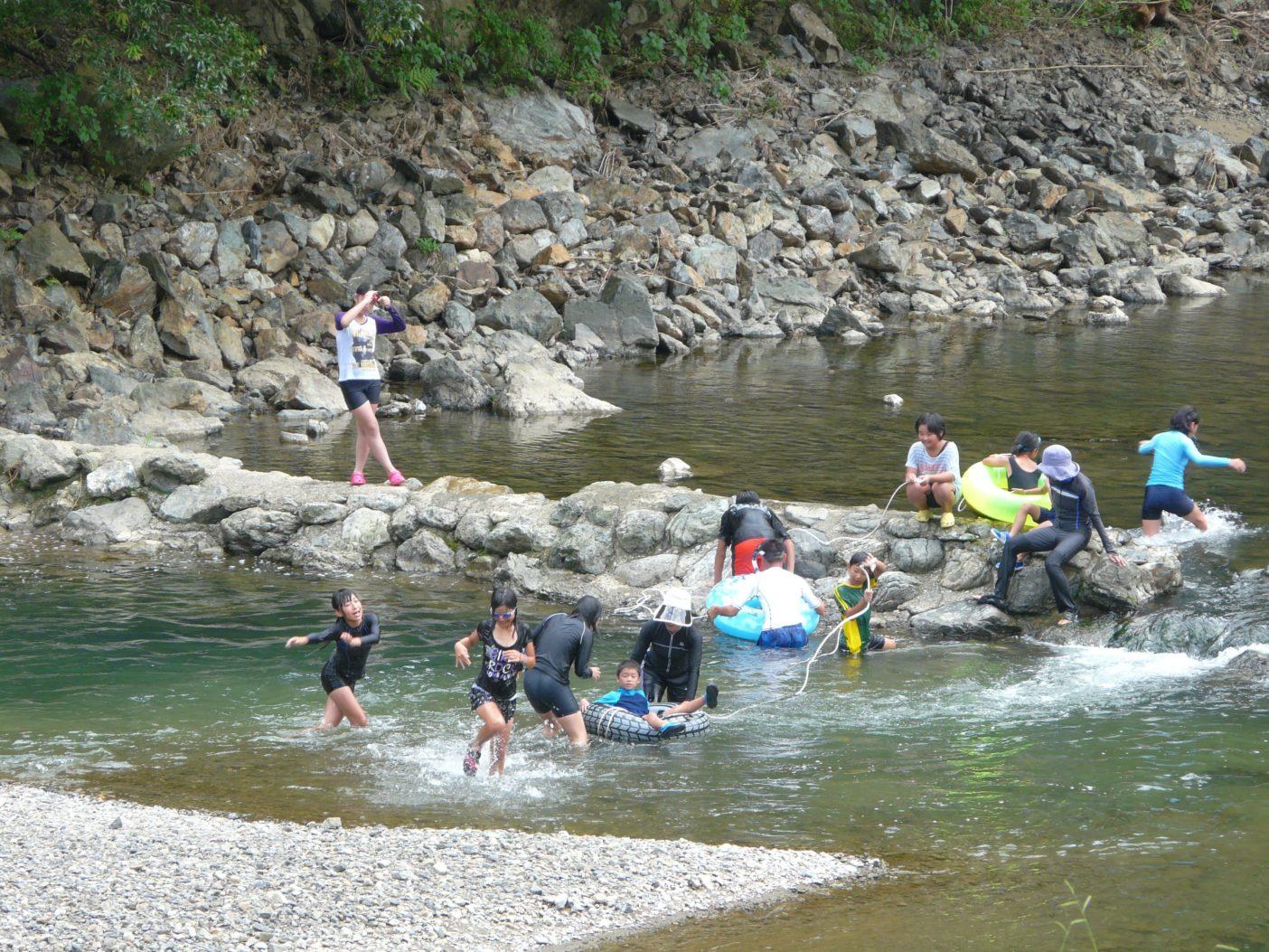 荒瀬ダム湖の水位が下がると、流れが戻った支流は水も澄み、子どもも魚も戻ってきた。写真:つる詳子