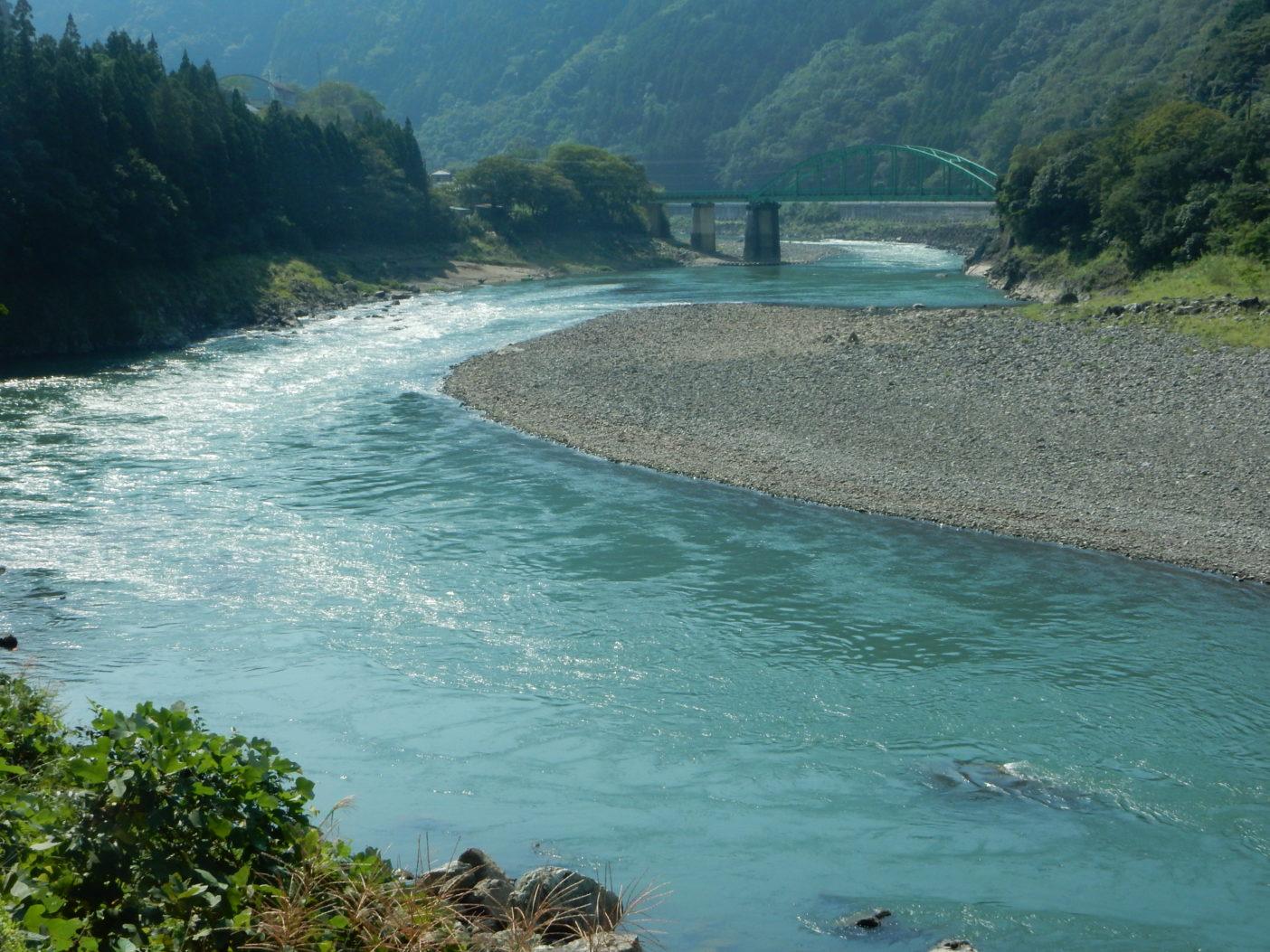 荒瀬ダム撤去開始後、汚いダム湖だったところは本来の流れが戻り、瀬や淵が形成された。写真:つる詳子