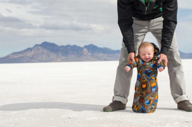 生後5か月のフィッツ。はじめてヨセミテへ向かう途中のユタのソルト・フラッツにて。Photo: Rebecca Caldwell