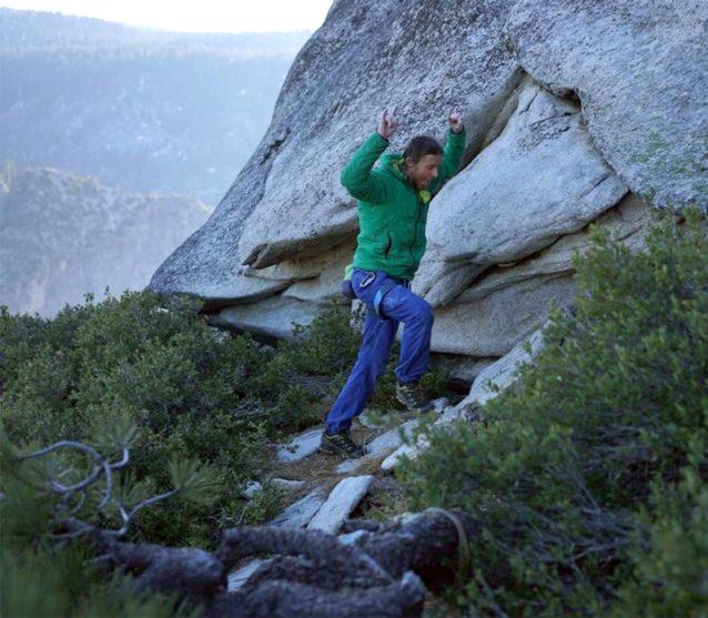 7年分の安堵。ドーン・ウォールの頂上で高揚するトミー・コールドウェル。Photo: Chris Burkard