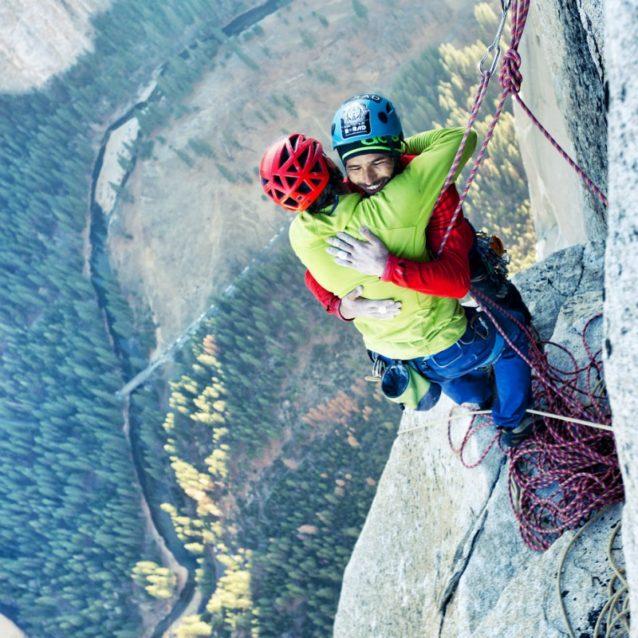 ケビンが最終ピッチを回収して登り、頂上のトミーと合流すると同時に、たがいを褒めたたえる。Photo: Bligh Gillies (Corey Rich Productions)